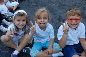 2012 Kids making peace signs